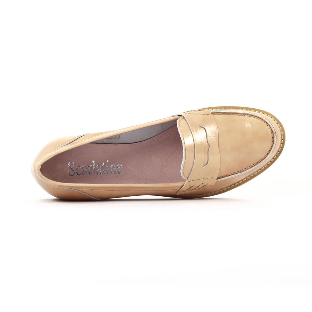 Toutefois, le mocassin n'aime rien tant que la sobriété des tons et les couleurs intemporelles. En somme, la chaussure basse en vogue est emblématique de la libération de la femme. En somme, la chaussure basse en vogue est emblématique de la libération de la femme.